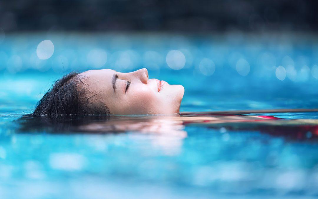 donna immersa in acqua proteggere i capelli